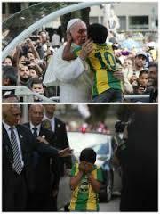 Il bambino che abbraccia Papa Francesco e gli racconta il suo sogno.