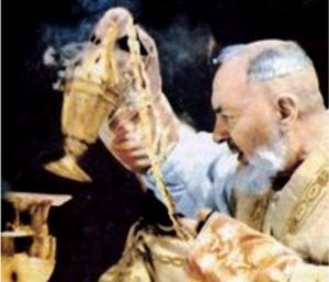 Padre Pio celebra la Messa.