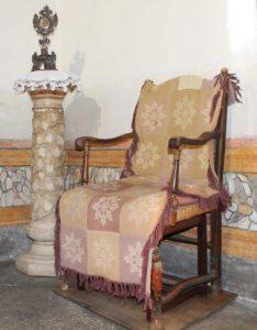 Sedersi su questa sedia della Santa vince la sterilità