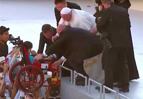 Papa Franceso e il bimbo sulla sedia a rotelle