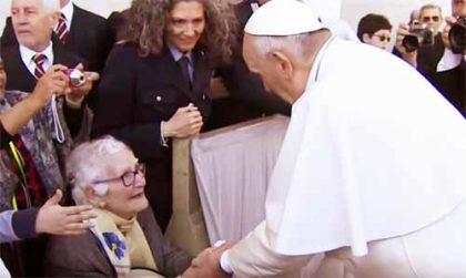 Papa Francesco ferma la jeep per salutare la nonna