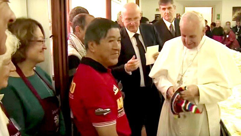 Il Papa a pranzo umile tra gli umili