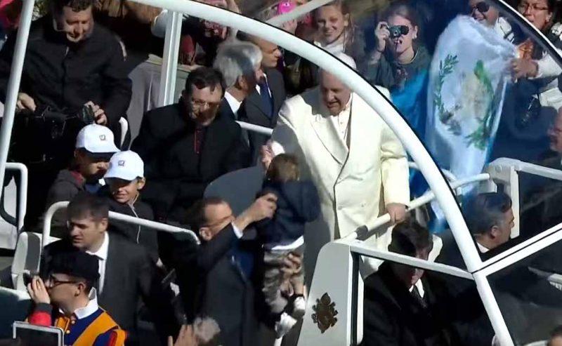 In jeep con il Papa