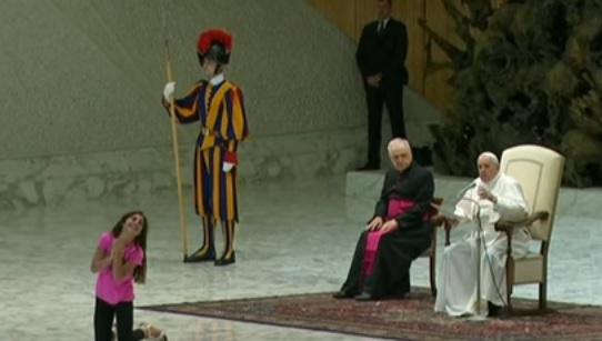 Il video di Papa Francesco con la bambina in udienza