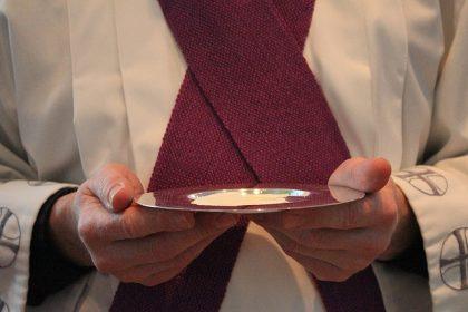 Monsignor Hoser: vietata l'Eucarestia nelle mani