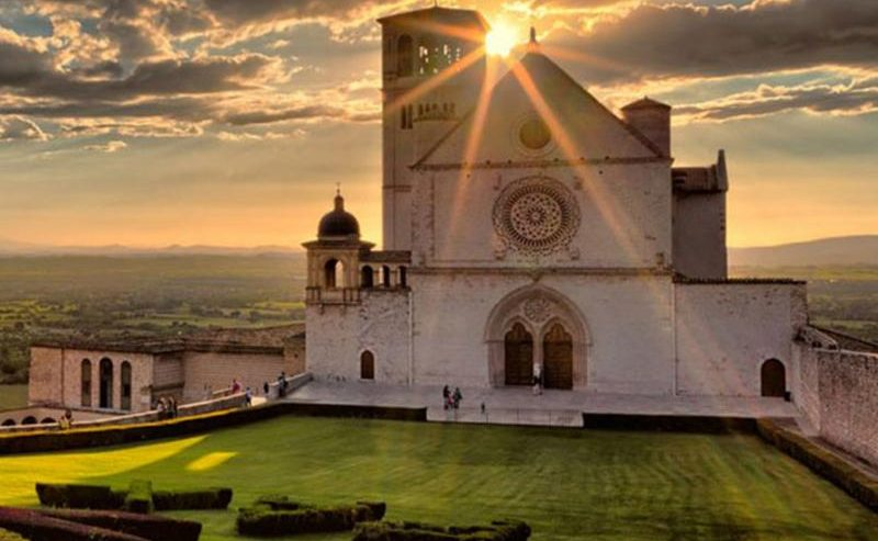 Una nuvola raffigurante San Francesco è apparsa sopra Assisi ecco dove vederla.